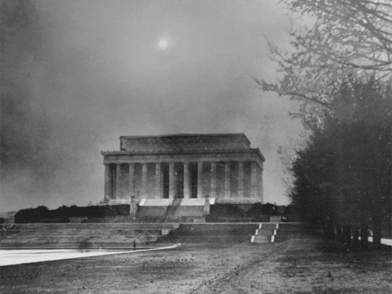 A dust storm from the midwest blew into Washington in 1935, darkening the skies over the Lincoln Memorial. (Source: USDA website)