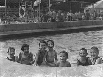 White children enjoy Glen Echo's Crystal Pool in the summer of 1935. (Photo source: Library of Congress)