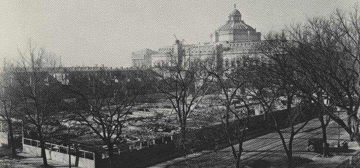 The lot where the Folger would eventually be built, with the Library of Congress in the background. Image courtesy of LUNA: Folger Digital Image Collection
